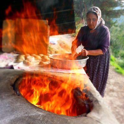 タンドリーチキンを焼く女性
